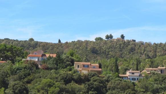 2500 villas en bordure des massifs, soumises à l'obligation de débroussailler pour limiter le risque de feu (photo MN)