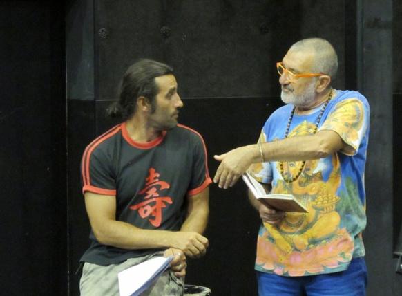 Gregory Nardella, le metteur en scène, en grande discussion avec Jo Corbeau (photo MN)