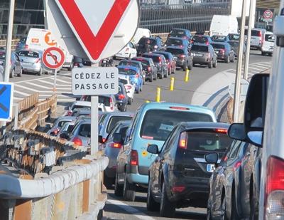 Aix-Marseille, un accident aux heures de pointe ou des travaux sur la voie créent vite un encombrement dantesque (photo MN)