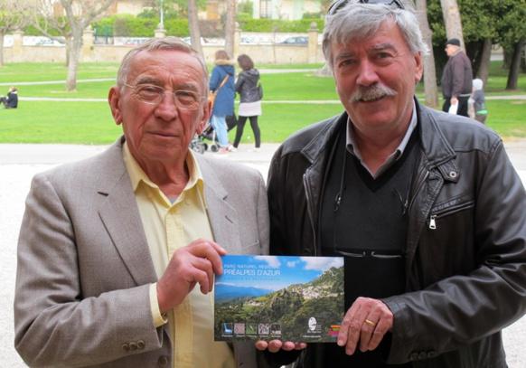 Andrieu Saissi et Joan-Pèire Baquié présentant une action de l'IEO 06, un département dont la particularité est la proximité de plusieurs variétés dialectales de l'occitan, ici le provençal et le niçois (photo MN)
