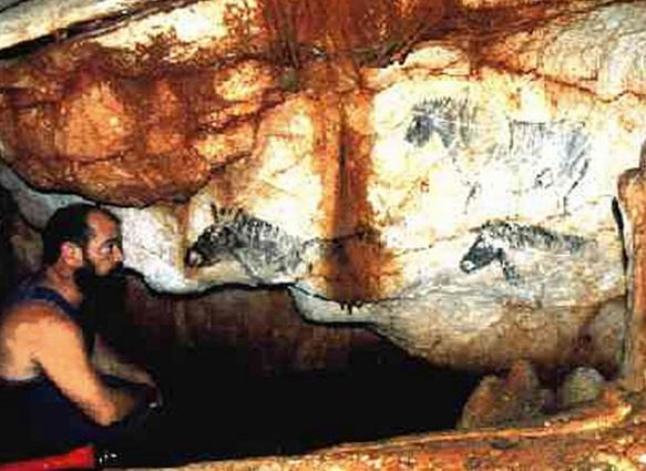 Avec son découvreur, le plongeur Henri Cosquer, la grotte et quelques unes des deux cents peintures pariétales, dont des manchots. (photo XDR)