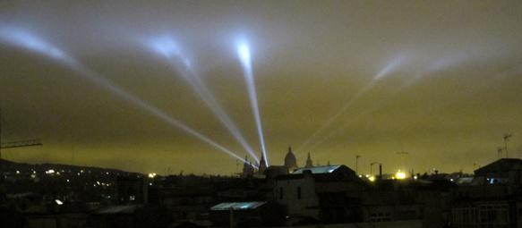 Eclairage nocturne à Barcelona. La pollution lumineuse du ciel nocturne prive une grande partie de la population du rapport, visuel comme symbolique, avec le cosmos (photo MN)