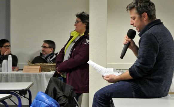 Matthieu Poitavin connaît particulièrement bien le texte qu'il dicte aux participants de la Dictada d'Orange (photo XDR)