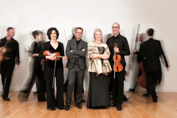 Jean-Marc Aymes (violon en mains), Maria-Cristina Kiehr (robe noire dessus blanc) et le Concerto Soave (photo XDR)