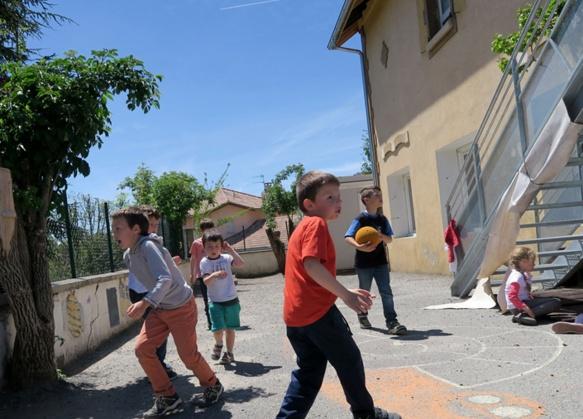 Au Hameau St-Jean de Gap, la cour de récré aurait du être agrandie, mais la chute des aides de la Région Paca contraint les jeux d'enfants à l'étroitesse (photo MN)