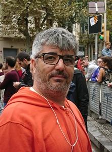 Carles, comme beacoup, a passé la nuit dans le bureau de vote, et protégé l'arrivée des urnes au matin (photo MN)
