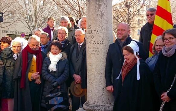 La colonne située près de l'Hôtel de la Police Municipale, a l'heure de l'inauguration (photo MN)