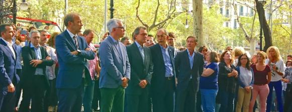Autour de l'ex-président de la Generalitat Artur Mas, le personnel du service aux entreprises observent un quart d'heure de grève symbolique, le 2 octobre, en signe de protestation contre les violences policières de la veille (photo MN)
