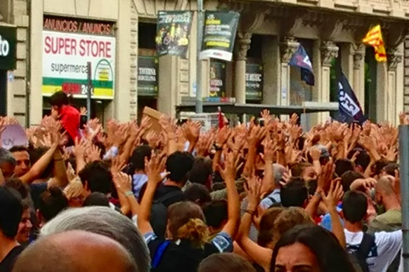 Manifestants pacifiques à Barcelona le 2 octobre 2017. Un Etat qui se réforme assez pour miser plus sur l'éducatif que sur le répressif ? (Photo MN)