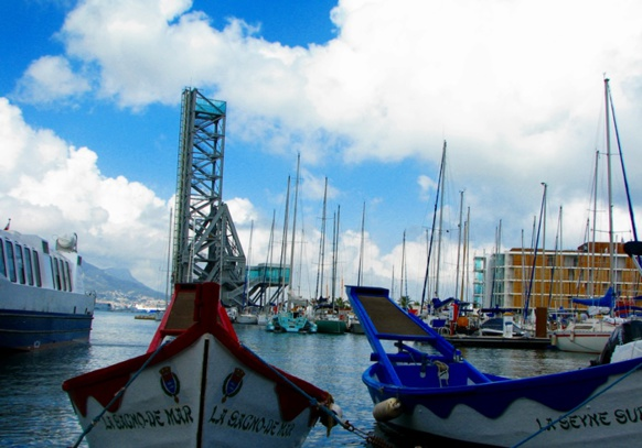 La Seyne, 65 000 habitants, mène depuis 2009 une politique bilinguisation de sa signalétique, en provençal (photo MN)