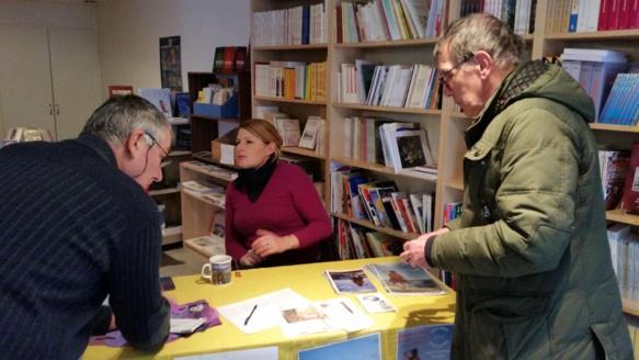 """Avant le concert """"généreux"""" (plus de deux heures), rencontre avec le public à l'Espaci Occitan dels Aups (photo FDG DR)"""