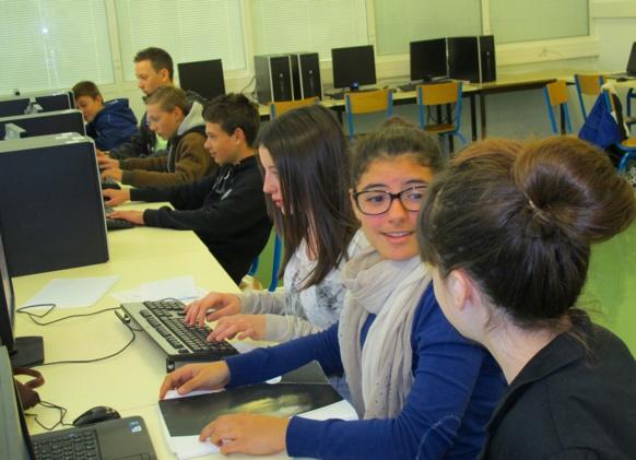 Dans la salle d'informatique du collège Simone de Beauvoir, mise en ligne des articles en provençal (photo MN)