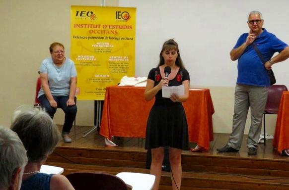 Amy Cros, elle même souvent primée entre Aran et Provence, annonce les résultats à l'Université Occitane d'Eté de Nîmes (photo xDR)