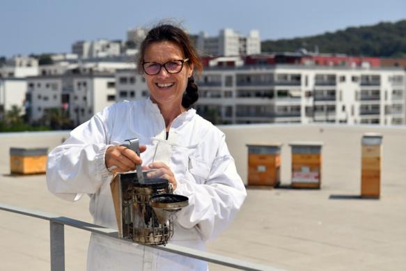 Isabelle Pybourdin convainc divers établissements de donner refuges aux abeilles...et d'adopter leur miel (photo Service Communication La Seyne DR)