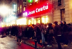 La nuit dernière à Montréal, file d'attente pour l'ouverture de la première boutique dédiée à la vente légale de canabis (photo MD DR)