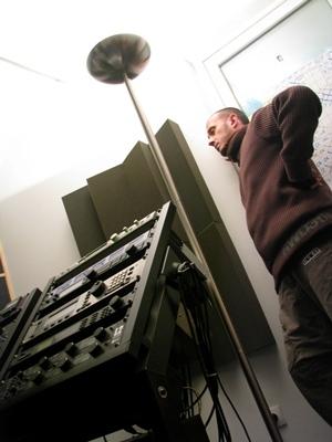 Blu attend, un peu anxieu, les arrangements de l'ingénieur du son.