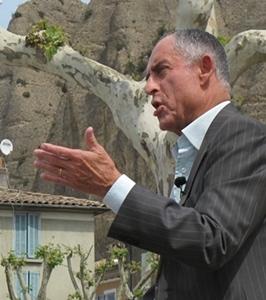 Raymond Philippe, le maire de Mées, satisfait de contribuer à la « Vallée des énergies renouvelables », mais également amer : « je comptais sur la taxe professionnelle, l'Etat l'a supprimée ! »