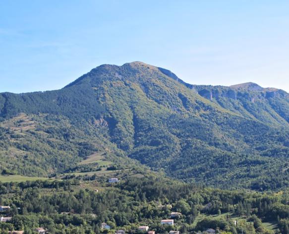La montagne du Cousson, visible depuis l'Espe, un nom qui, encore, évoque la hauteur, comme la plupart, a rappelé le toponymiste Gérard Tautil (photo MN)