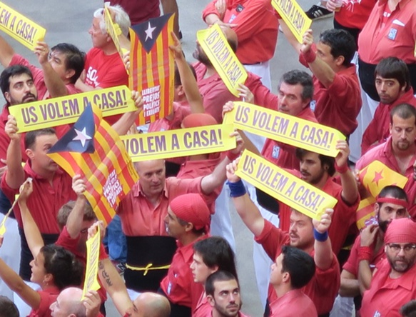 Arènes de Tarragona, octobre 2018, les castellers réclament la fin des répressions politiques. La revendication est partagée par une large majorité des Catalans. Ils ne sont plus seuls. (photo MN)