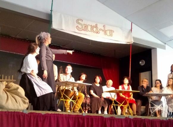 """La Chorma de teatre de l'IEO 06 présente la pièce à Pelhon le 31 mars dernier. Elle est tirée du livre de Nutto Revelli """"Il mondo dei venti"""" (photo Françon Dalbera DR)"""