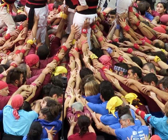 """Une métaphore de la société catalane : """"faire pinya"""", s'y mettre tous ensemble ! (photo MN)"""