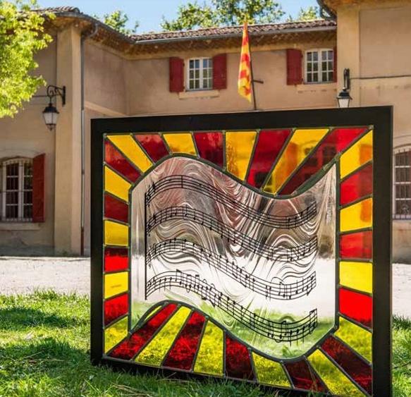 Le vitrail posé au Cep d'Oc symbolise l'amitié entre Provençaux et Catalans photo XDR)