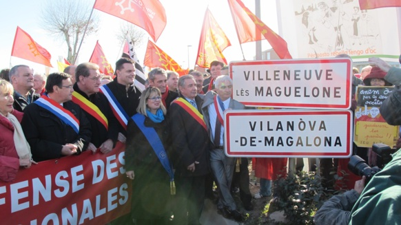 2012 : élus et citoyens manifestent dans l'Hérault pour le droit à nommer leur ville en langue régionale (photo MN)