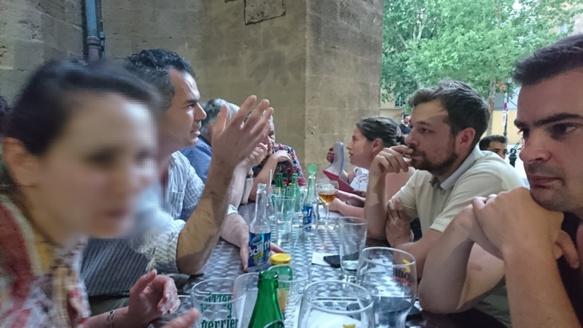 La qualité de la bière locale, la vie quotidienne des Argentins, la typologie des harceleurs ou les animations proposées aux prochains Rescòntres Occitans de Provença...en juin dernier au bar aixois Le Gaulois, les discussions étaient animées, et en provençal...mais aussi parfois en français, pour parler du vocabulaire employé (photo MN)