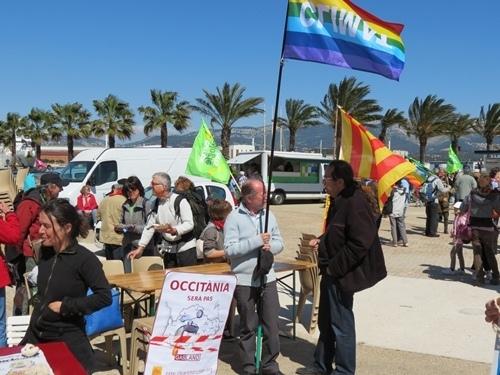 Le Partit Occitan s'était impliqué particulièrement dans ce rassemblement. Avec le drapeau provençal, ici Miquèu Tournan, conseiller municipal de La Seyne (Photo MN)