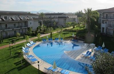 Les réserves d'eau sont parfois peu renouvelables, mais mobilisées pour quelques uns et quelques mois par an, comme pour cette piscine de complexe hôtelier en Turquie (photo MN)