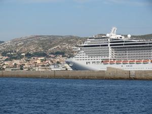 Les ouvriers affectés par la pneumonie travaillaient sur un navire de ce type, ici dans les quartiers Nord de Marseille (photo MN)
