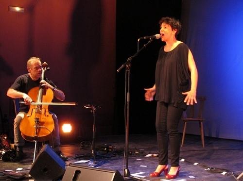 Guylaine Renaud et Benat Achiary font salle comble avec la poésie de Sainte-Thérèse d'Avila revisitée par les auteurs sur une musique contemporaine qui dialogue avec une vielle à roue et un violoncelle (photo MN)