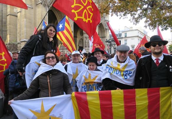 Le  30 novembre dernier aux alentours du Ministère de l'Education, les défenseurs de l'enseignement des langues de France manifestent ensemble. Cette unité semble nécessaire en régions pour obtenir le rétablissement des cours perdus du fait de la Réforme Blanquer (photo MN)