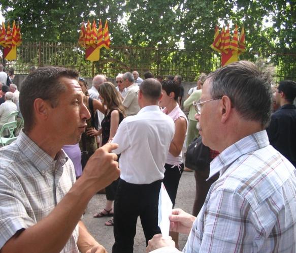 """En discussion avec Pèire Brechet : """"nous avons eu de sacrés débats pour mettre au point le """"Communiquer en occitan provençal"""" (photo MN)"""
