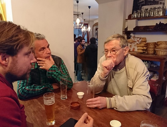 """Bernat Moulin donnait discrètement ses conseils aux apprenants du """"Cafè Provençau Sestian"""". Disponible et bienveillant (photo MN)"""