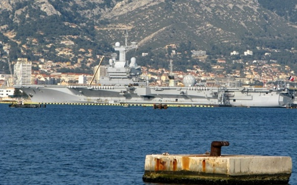 Le porte-avions Charles de Gaulle à Toulon, son port d'attache (photo MN)
