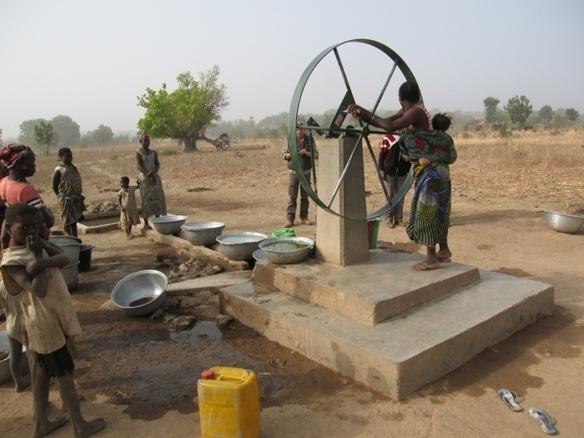 A Legmoin, au Burkina Faso, l'ouverture d'une vingtaine de puits a eu pour effet collatéral le temps libre des femmes qui, jusqu'alors passaient près de quatre heures à la marche et à l'attente devant les puits éloignés (photo commune de Grasse)