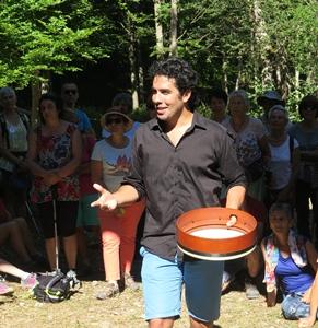 Damier Toumi (Tant que li siam) en 2017 lors de la restitution d'un stage de chant trad occitan dans le cadre du festival du Chaillol (photo MN)