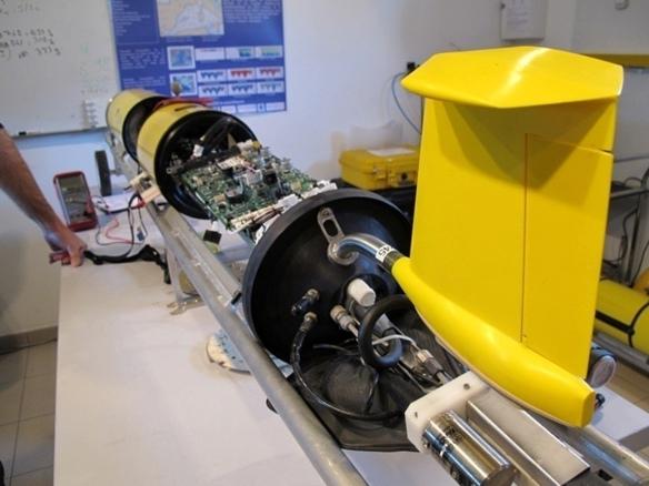 """Un """"glider"""" en révision dans les locaux du CNRS à La Seyne (83). Ces drones sous-marins peuvent séjourner des semaines sous l'eau et envoyer par ondes radio leurs mesures aux laboratoires (photo MN)"""
