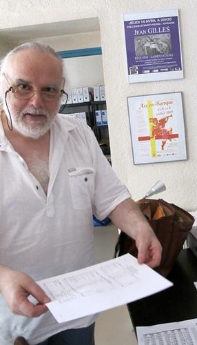Partition en mains, Guy Laurent a entamé un travail de longue haleine pour recréer l'oeuvre de Campra (photo MN)