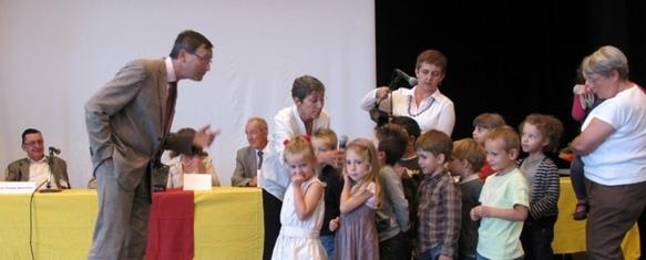 """La maternelle de Draguignan venait de recevoir un """"prix des jeunes"""" au Grand Prix Littéraire de Provence de Ventabren, le 30 septembre 2012 (photo MN)"""