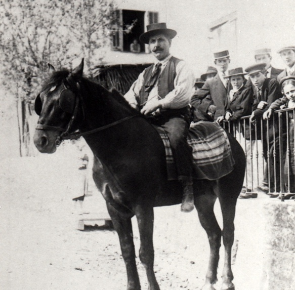 Pietro-Andrea Calomili, l'arrière grand-père de Reinat Toscano, devant le restaurant qu'il avait ouvert à Nice (photo archives RT)