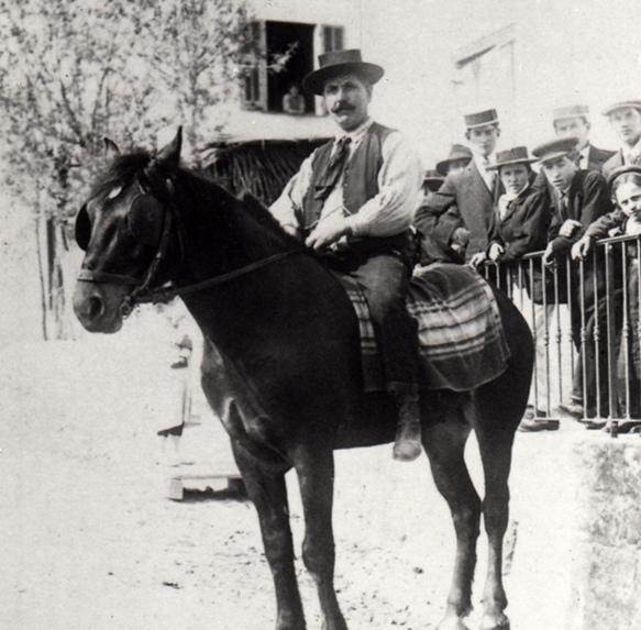 Pietro Andrea Camomili , il bisnonno di Reinat Toscano , davanti al ristorante che aveva aperto a Nizza ( foto archivi RT ) .