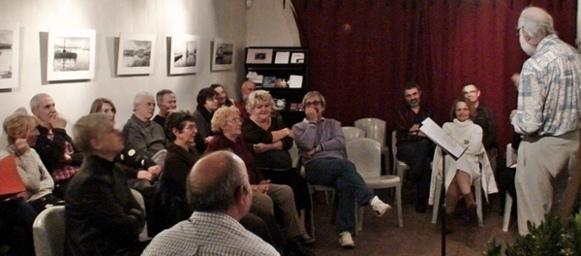 On se lève, on se lance, et toujours en provençal, la conversation rebondit (photo Etienne Berrus)
