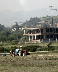 Une famille de paysans turcs devant un immeuble en construction. Région d'Antalya (photo MN)