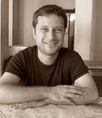 Matieu Poitevin qui signe ce conte de Noël est enseignant d'occitan-provençal, e a déjà publié en 2011 un conte en édition bilingue : Un matagòt modèrne. Il compose également des textes de chanson, interprétés notamment par Liza (photo MN)