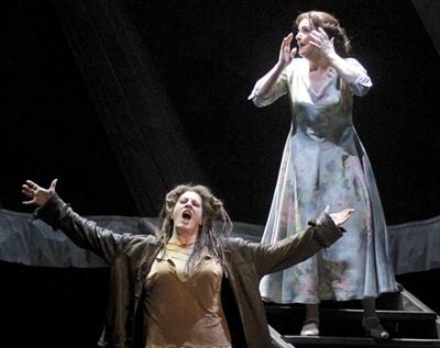 Ivre du désir de vengeance, Elektra ignore le simple désir de vivre de sa soeur Chrysostémis (photo Christian Dresse/Opera de Marseille)