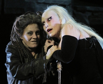 Les rapports mère-fille ne sont pas toujours au  beau fixe... (Jeanne-Michèle Charbonnet et Marie-Ange Todorovitch - photo Christian Dresse/Opera de Marseille)