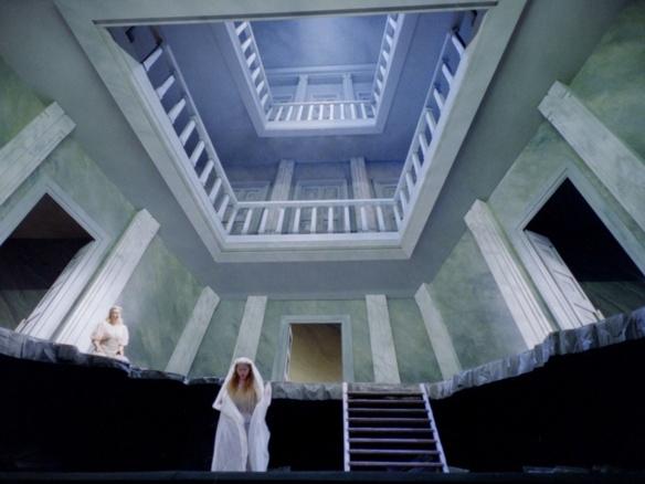 Une Maison prête à l'écroulement; le décor suggestif d'Emmanuelle Favre (photo Christian Dresse/Opéra de Marseille)