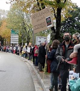 Le dix octobre dernier à Bayonne les militants de l'Euskara manifestent pour la possibilité de mener des projets scolaires bilingues à prééminence du basque. Un projet négocié avec l'Etat venait d'être refusé par le ministère de l'Education Nationale (photo XDR)